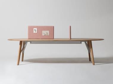Tavolo in rovere con pannelli divisori e sistema passacavi AMIS
