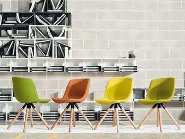 Sedia ergonomica su trespolo in legno e tessuto COCOON | Sedia in tessuto