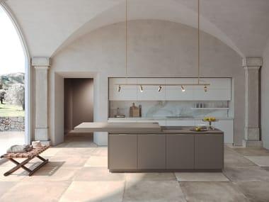 Cucina laccata con isola con top scorrevole ERA