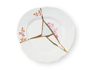 Christmas table: dinnerware, cutlery, and decorations