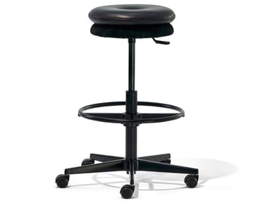 Height-adjustable stool with 5-spoke base with castors MR. ROUND | Stool with castors