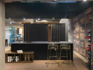 Cucina con lato colonne freestanding bifacciali e isola T45 / D90 | Cucina con isola