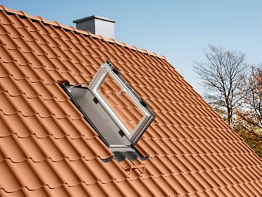 Manually operated wooden roof window GXU