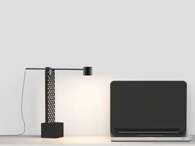 Lampada da tavolo a LED orientabile in pietra lavica CLOE