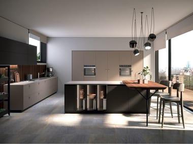 Cucina laccata con isola con maniglie EGO