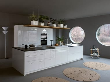 White shiny lacquered fitted kitchen with island MESA | Kitchen with island