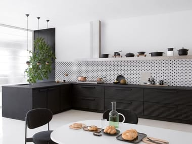 Black aluminium fitted kitchen with peninsula CINQUETERRE | Kitchen with peninsula