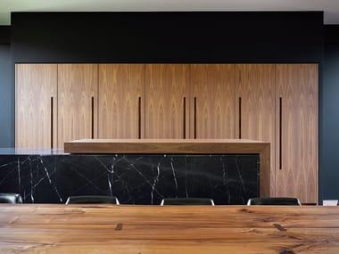 Cucina lineare in noce canaletto e isola a piano scorrevole D90 | Cucina in noce