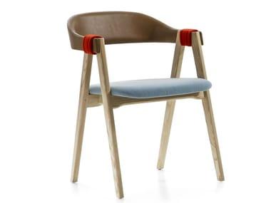 Sedia impilabile in legno con braccioli MATHILDA | Sedia