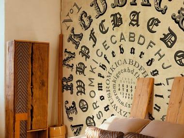 Carta da parati effetto muro con scritte ALPHABETICAL SWIRL