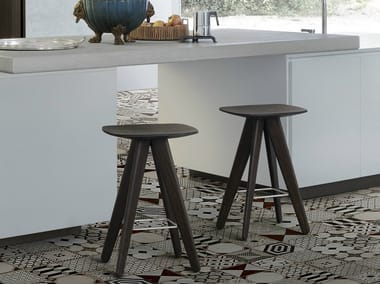 Wooden stool / coffee table ICS