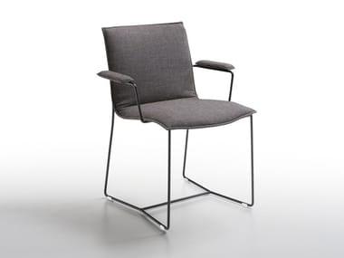 Sedia a slitta imbottita con braccioli PIURO | Sedia con braccioli