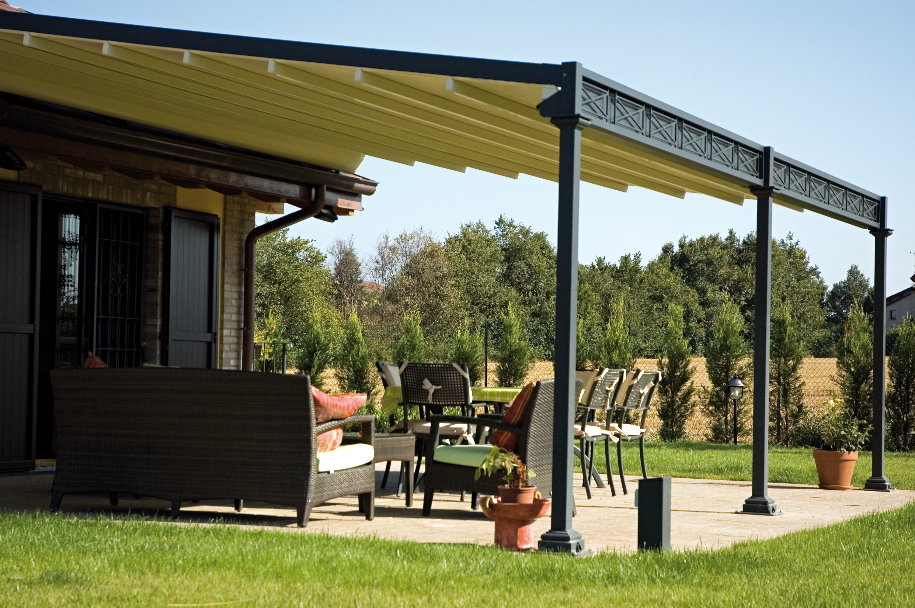 Wall mounted iron pergola electric roof by unosider for Tettoie in plexiglass brico