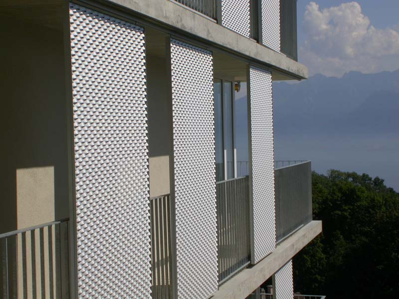 Stretched mesh for facade finish by fratelli mariani for Lamiere stirate fils