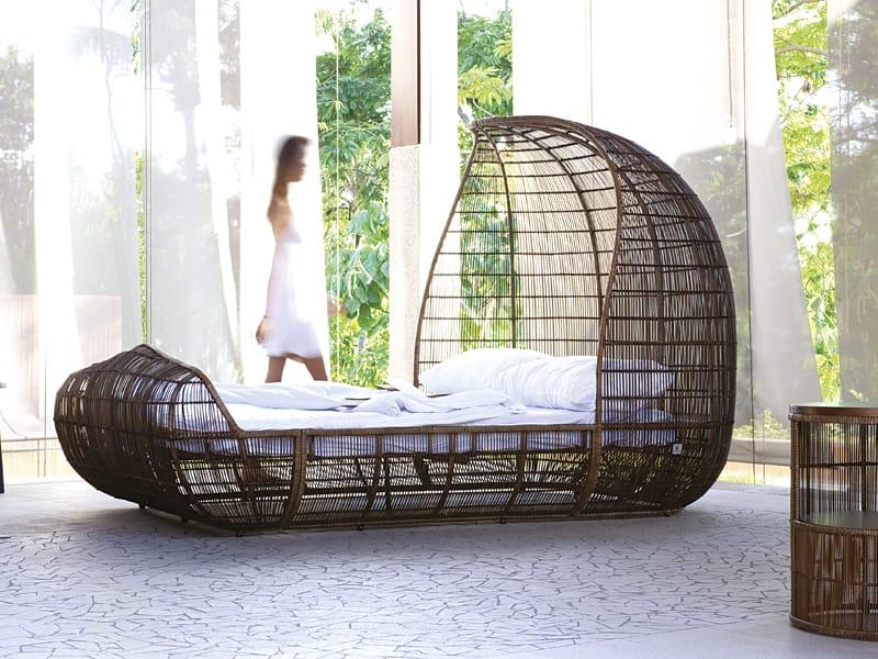 voyage lit double by kenneth cobonpue design kenneth cobonpue. Black Bedroom Furniture Sets. Home Design Ideas