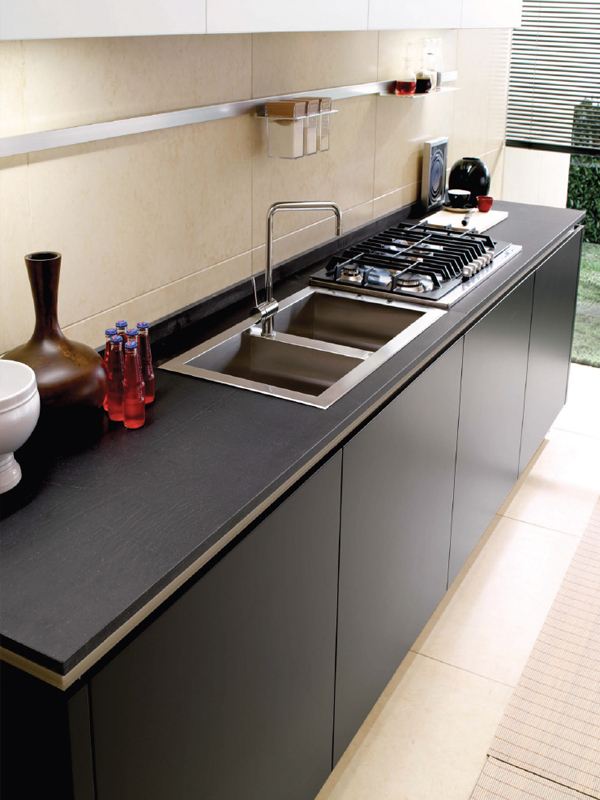 Cucina lineare con isola senza maniglie FILOVANITY TOP By Euromobil