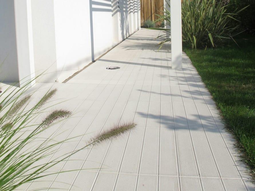 Pavimento esterno finto legno si vede una posa di un pavimento in
