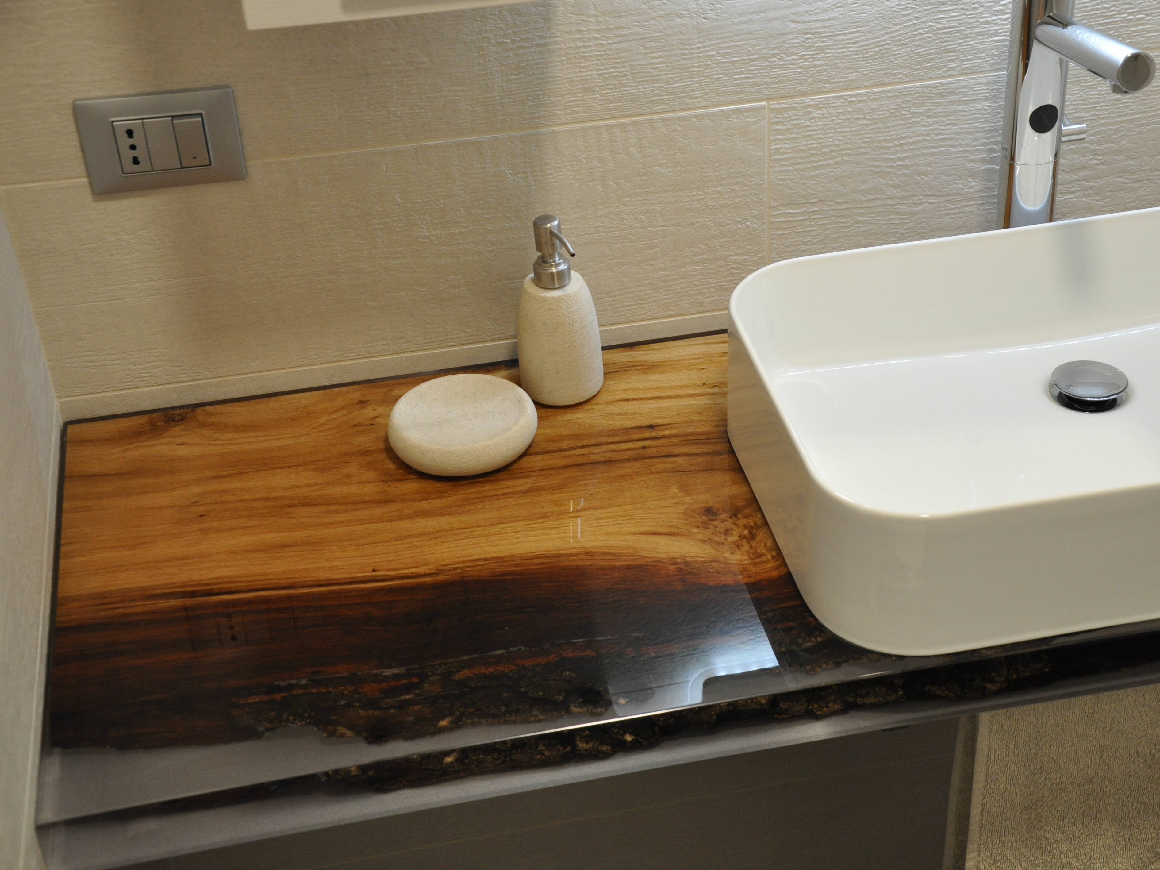 Bathroom top with wood and resin by azimut resine - Top legno massello bagno ...
