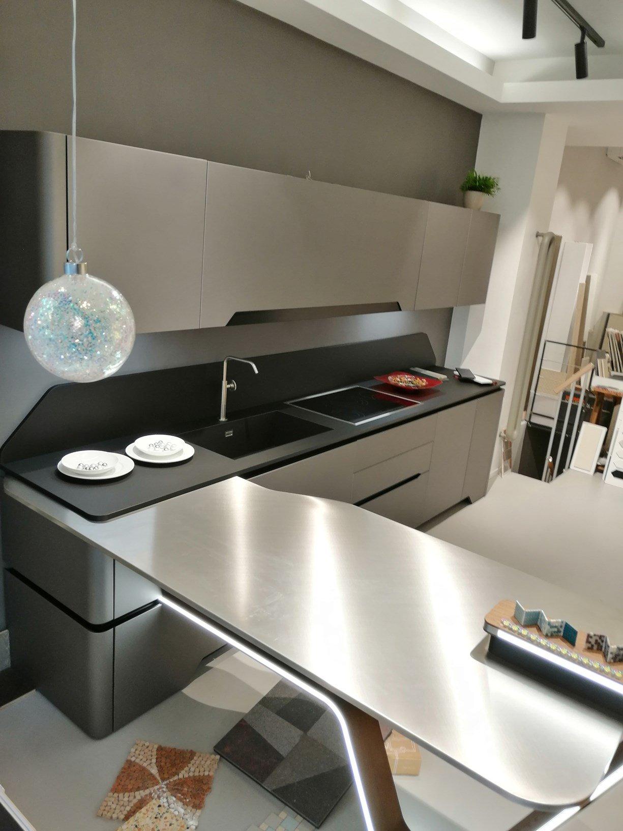 Cucina Snaidero Vision con penisola in acciaio