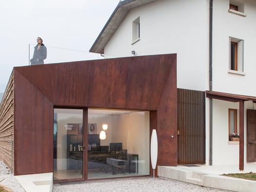 Un piccolo showroom in corten annesso alla residenza - image h_81328_01 on http://www.designedoo.it
