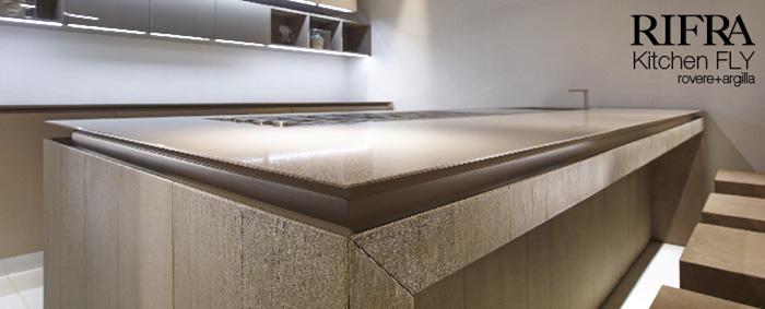 Cucina con isola Fly, nuove finiture in cemento, rovere e argilla
